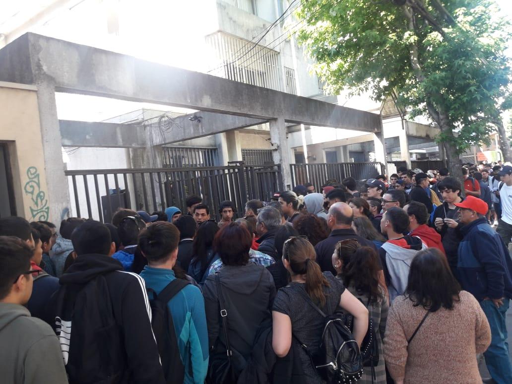 Concepción: largas filas de jóvenes para postergar el servicio militar - TVU